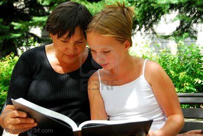 Grand-m-re-et-petite-fille-de-lire-un-livre