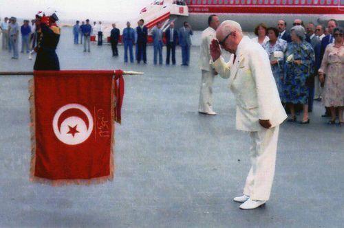 Bourguiba salue drapeau